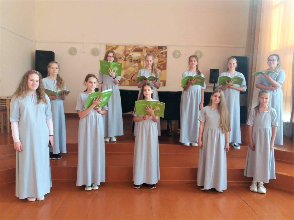 Preiļu Mūzikas un mākslas skolas kora grupa mēģinājumā